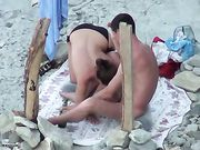 Oralsex på stranden är filmad voyeur