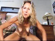 En vacker mogen blondin masturberar framför kameran